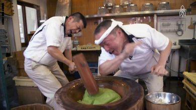 "Photo of بمطرقة كبيرة وصراخ.. صناعة حلوى يابانية أشبه بـ""معركة"" (فيديو)"