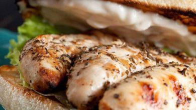 "Photo of سندويش ""ملوكي"" لا يقاوم: الدجاج مع صلصلة الجبنة والزبدة"